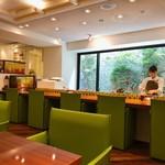 リンクス紅茶と洋酒の店 - 大きな窓がステキ! 美人なスタッフさんが丁寧に紅茶を淹れて下さいます^ ^