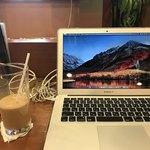 食事処 旬菜亭 - 2018/07 アイスコーヒー 270円…食事処 旬菜亭の入口近くにある電源コンセント設備があるカウンターで、スマホのバッテリー充電とパソコンで作業
