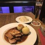 89957520 - ドイツらしい雰囲気の夕食。