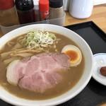 89959015 - 濃厚煮干しらーめんは太麺がおすすめ。スープはドロドロだけど脂は少なくて、煮干の滋味深い味わいがたまらなくてスープ飲み干してしまう…チャーシューも絶品。