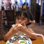 アズーラ・ディ・カプリ - ピッツァを食べる娘