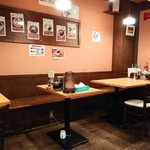 一兆堂ラーメン - 入口すぐのテーブル席