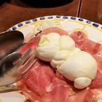 89990442 - 水牛のモッツアレラチーズと生ハムの盛り合わせ。
