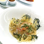 銀座 シェ・トモ - 銀のセルクルに詰められた長崎県玄界灘産鮮魚のソテーとタブレ(クスクスのサラダ) ジャガイモとオカヒジキのフリット添え 軽い香草風味のソースで / セルクルを外した後
