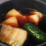 星ノ灯 - トロトロ豚角煮と青菜のつけ蕎麦 1200円、つけ汁には厚切りの豚角煮が5個も入っておりました