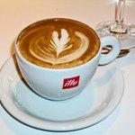 IL PINOLO 銀座 - コーヒーもバリスタがアートしたカプチーノを選べる
