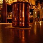 アーティスト - 銅製のカップで飲むジン・トニック。いつまでも冷たいです。