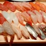 すし玉 - すし玉@ルミネ横浜店 あじ、こはだ、白つぶ貝、車えび、たい、かんぱち、甘えび、いか、まぐろ、サーモン、中とろ