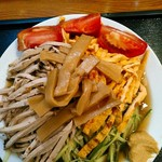 大勝軒 - お皿は20cmほどとそこまでは大きくない。麺は1玉、増減不可。細切りチャーシュー、細切り胡瓜、焼いた玉子、トマトのくし形?切り、メンマ、芥子。
