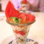 ドルチェ ヴィータ - 料理写真:ジュレのサラダ トマト、キュウリ、アボガド、スイカのせ