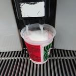 ファミリーマート - ドリンク写真:購入したら、コーヒーマシーンでホットミルクを投入。