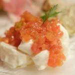 ラ・コメータ - 前菜盛り合わせ 1,400円(ブラータチーズ、トマト)
