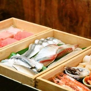 新鮮な魚介類を丁寧な手仕事で用意しております。