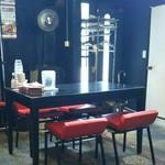 中華食堂 くろ - 内観 テーブル席