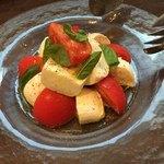 まちのイタリアン ワイン酒場 con le mani - トマトとモッツァレラのカプレーゼ