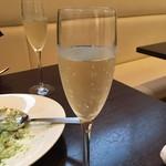 まちのイタリアン ワイン酒場 con le mani - 生シャンパン