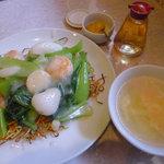 Rairai - ランチの海鮮焼きそばとスープ