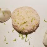 90031032 - ・フォアグラにココナッツの実をまぶしてもの&ライムとメレンゲのソース添え