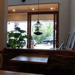 カフェ オトワ - 店内テーブル席から入口方面
