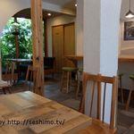 カフェ オトワ - 店内テーブル席から奥方面