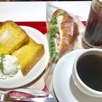 マーメイドカフェ - クロワッサンサンド熟成ハム&チーズ¥421(税込)と 単品のコーヒー¥380(税込)、 フレンチトーストセット¥720(税込)と セットのアイスコーヒー