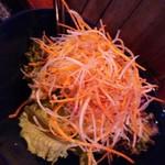 ザイマカ - 山盛りのサラダが出てきて、 サラダ頼んだっけ?と思ったら、、、 これがオーダーしたポテトサラダらしく、、、(次の写真へ続く)
