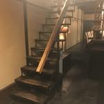 90037443 - 階段を登ってテーブルへ