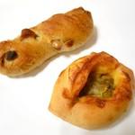 90038587 - バジルマカダミア  &  チーズカレーパン