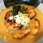 雪濃湯 - 炙りチャーシュー醍醐麺 大盛り ¥1,100+100  日曜の夕方でしたが、カウンター10席ちょっとの店舗は半分以上埋まっていました。家系ですが、スープは比較的サッパリしています。