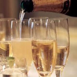 スパークリングワインなど100種類飲み放題で30分500円!