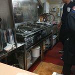 ベイ餃子 - 焼き機が並ぶ店内