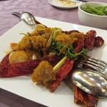 Rensoutei - 鶏肉とパクチーの唐辛子炒め、大きな赤唐辛子と山椒が食べた後のピリ辛を引き出してくれます。