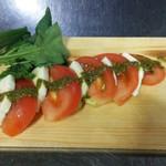 肉バル×モダン個室 バンビーナ - モッツァレラチーズとトマトとカプレーゼ