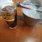 めん屋みやび - まずはコーラで一杯!