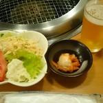 お肉屋さんの焼肉 まるやす - 定食のサラダ&キムチ