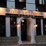 ニャーヴェトナム - 外観写真:白と茶のコロニアル調の建物