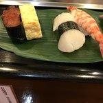 岩佐寿し - 車海老、平貝、そのあと続けて玉子とイクラが提供されました。車海老が絶品でした(╹◡╹)。平貝も、貝にこだわるお店らしく、美味でしたが、刺身でいただいた方がいいのでは、という感想です。。。