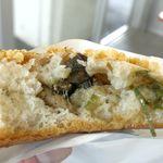 たま木亭 - 中には塩気が効いた地鶏焼きと、青ネギがたっぷり!食べてみると、うん!確かに「宮崎」かも!と、思える惣菜パンでした。