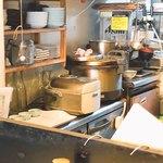 おきらく食堂 - 手前の炊飯機は美味しくなかった 奥の炊飯機は炊きたてで美味しかった