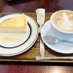 アンカーコーヒー - 料理写真:ニューヨークスタイルチーズケーキ 450円 カフェラテ 480円