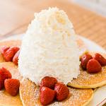 ストロベリー、ホイップクリームとマカダミアナッツのパンケーキ