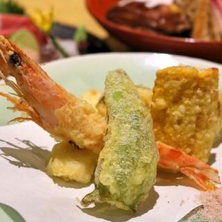 魚介と季節野菜が入った『天ぷらの盛り合わせ』