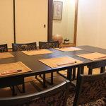 割烹 千代 - 6人掛けのテーブル席もございます。