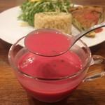 グルテンフリー アンド ビーガンカフェ チョイス - スープの色には少々驚きですが、豆の風味がお口で広がって美味しいです。