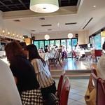 洋食勝井 - 店内の様子。手前が僕達のテーブル。向こう側が一般のお客さんのテーブルになっていました。