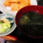 万福食堂 - 定食に付く浅漬け、わかめのみそ汁