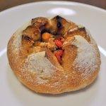 雑穀パンの店ひね - ひよこ豆のカレーパン(180円)