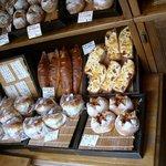雑穀パンの店ひね - 雑穀パンが並んでいます