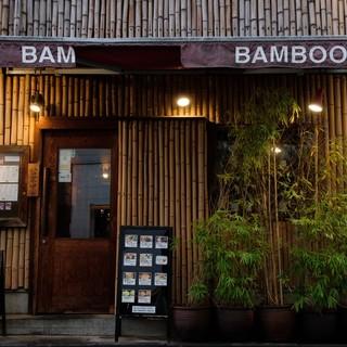竹でおおわれた外観。中に入れば落ち着きある空間。