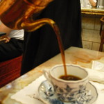コーヒーの大学院 ルミエール・ド・パリ - ポットから注いでくれる
